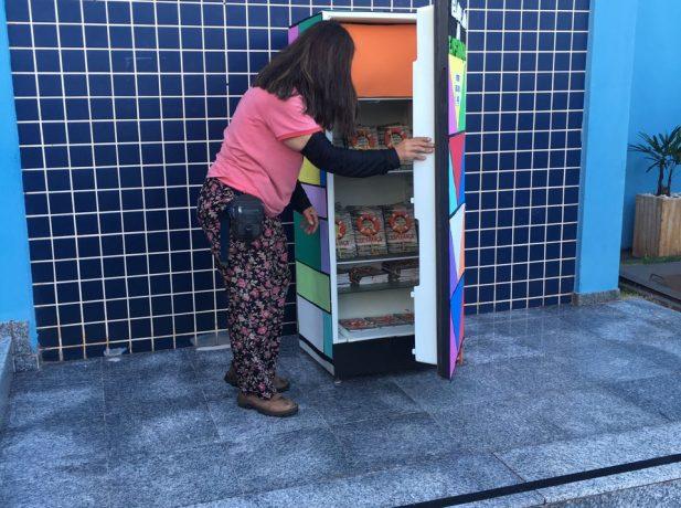Alunos usam geladeira para distribuir esperança