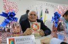 """Autoridades recebem exemplar do livro """"Em Busca de Esperança"""""""