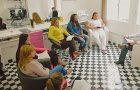 Cabeleireira usa salão para estudar a Bíblia com funcionárias