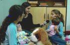 """Ação educativa transforma crianças em """"pais"""" de bonecas"""