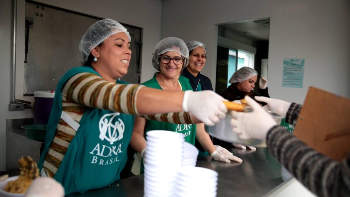 Parte do público tem garantido os alimentos no local, enquanto outras, são atendidas em abrigos e regiões isoladas da cidade pelos voluntários.
