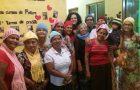 Voluntários confeccionam cachecóis para idosos de asilo em Serra