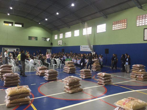 Colégio Adventista de Bragança Paulista distribui macarrão para entidades assistenciais da cidade