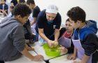Crianças aprendem a cozinhar alimentos saudáveis