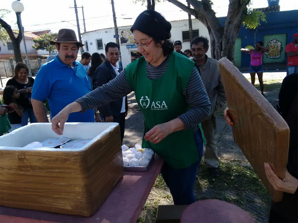 Adventistas distribuem refeições para pessoas em situação de rua