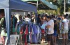 Jovens doam mais de 1.500 peças de vestuário em loja de rua
