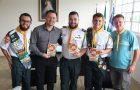 Prefeito de Rio Negrinho-SC recebe literatura de desbravadores