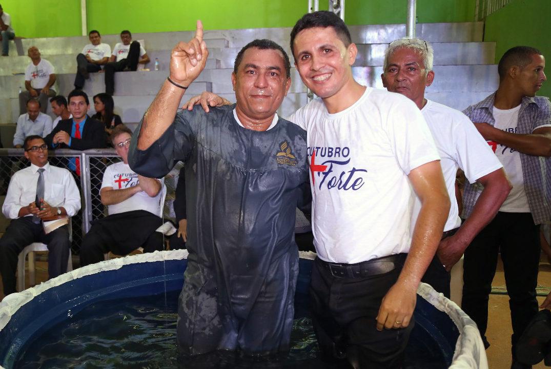 Antônio aponta para o Céu, pois quer que mais pessoas tenham vida eterna ao lado de Jesus.