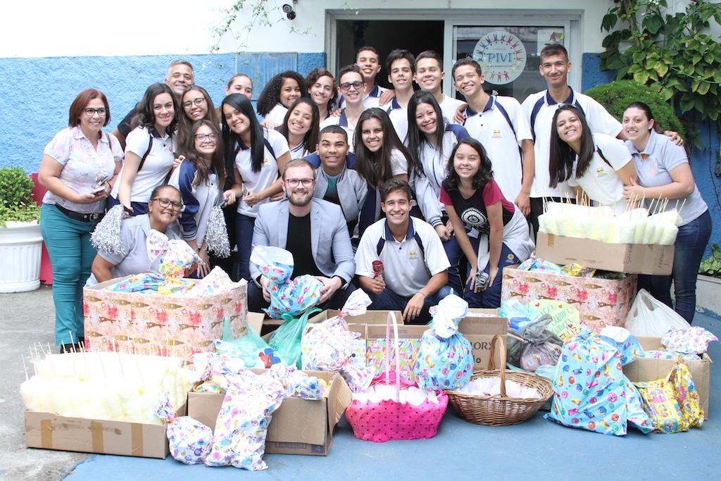 Alunos do Colégio Adventista se preparam para entrar com doações para o Pivi