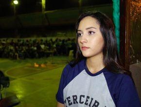 Lindely é uma estudante adventista que sempre fala de Deus na escola.