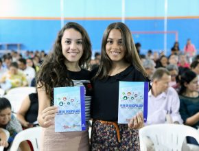 Líderes jovens exibem a cartilha explicativa da Rede de Discipulado.