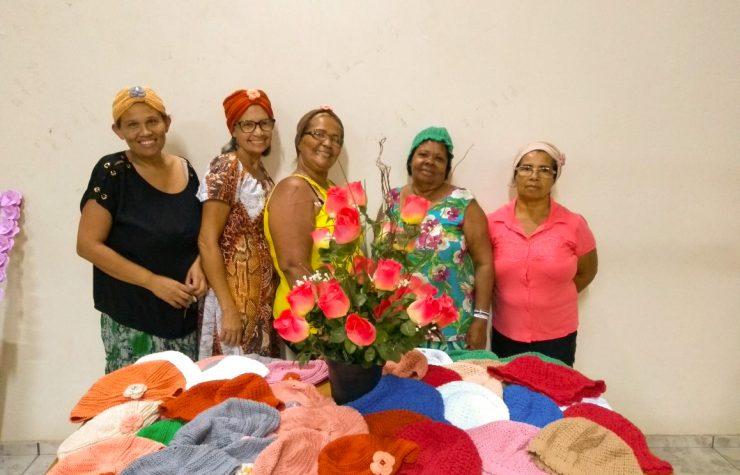 Mulheres produzem peças de crochê e doam para pacientes com câncer