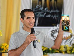 Pastor Ozéias exibe folder de visitação, um dos compromissos da EDMC.