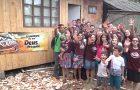 Jovens adventistas constroem casa para mulher carente