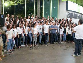 Cerca de 100 alunos do IAP se engajaram em cantar e servir os