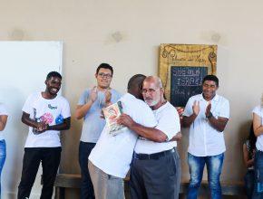 Motivados pelos alunos, dependentes químicos em tratamento, reconciliam amizade durante programa espiritual