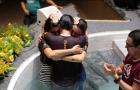 Família é batizada após ser surpreendida por flash mob em semáforo