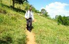 Diariamente, colportor percorre 10 km para compartilhar a Bíblia na região serrana do Rio