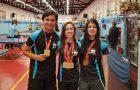 Estudantes aproveitam competições esportivas para distribuir livros missionários