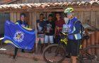 Ciclistas pedalam 40 km para distribuir literatura no interior do Maranhão