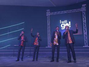 Quarteto de angolanos foi o primeiro a se apresentar no programa de abertura, coordenado pelo pr Tiago Rodrigues e a designer Mauren Dorneles