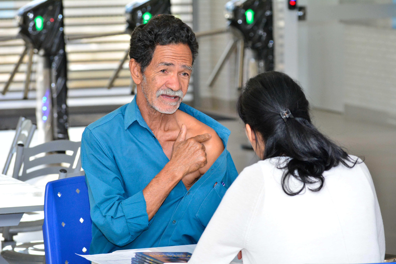 Médica atende paciente em um dos colégios adventistas no Distrito Federal