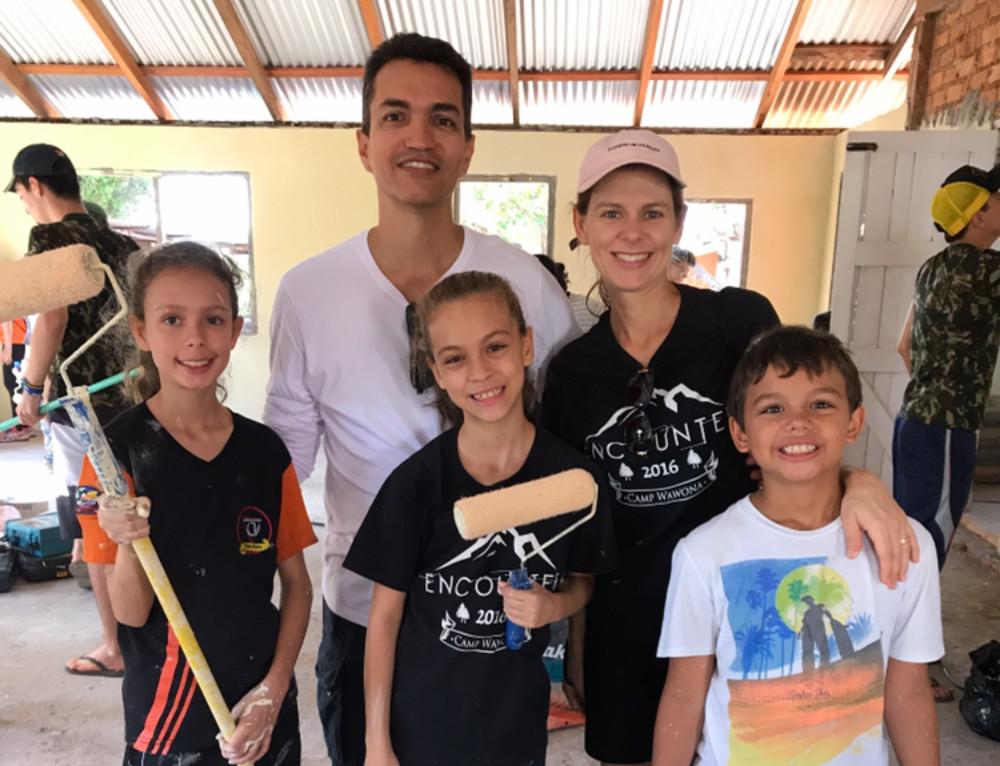 O médico Renato Araújo e sua família. Sonho que começou na infância se tornou realidade e hoje já influencia a vida dos filhos (Foto: Arquivo pessoal)