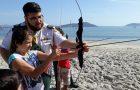 Voluntários oferecem atividades esportivas e recreativas em praia catarinense