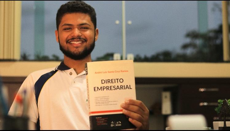 O estudante Pedro Natan investiga a futura profissão em busca de oportunidades para exercitar sua fé no ambiente profissional. (Foto: Acervo pessoal)