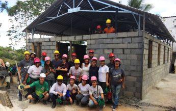 Jovens durante a construção de um templo adventista na Bahia (Foto: Divulgação)