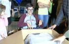 Adolescente recebe cadeira de rodas motorizada de voluntários em Joinville-SC
