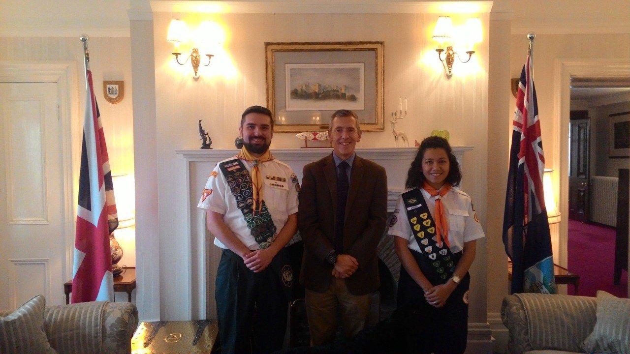 Os Hoepers com o governador das Ilhas Malvinas (Falklands). Foto: Arquivo pessoal
