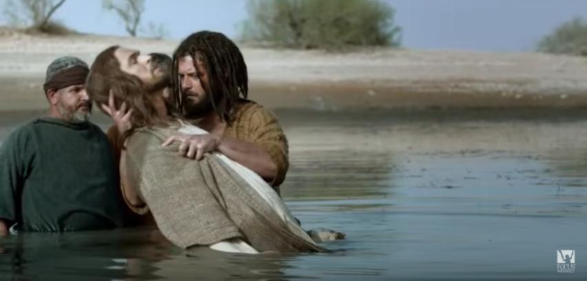 João Batista durante o batismo de Jesus. No Novo Testamento, os dois são vistos e referidos como profetas (Foto: Reprodução / The Bible)