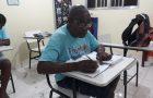 Voluntários mantêm curso de alfabetização para adultos no RJ