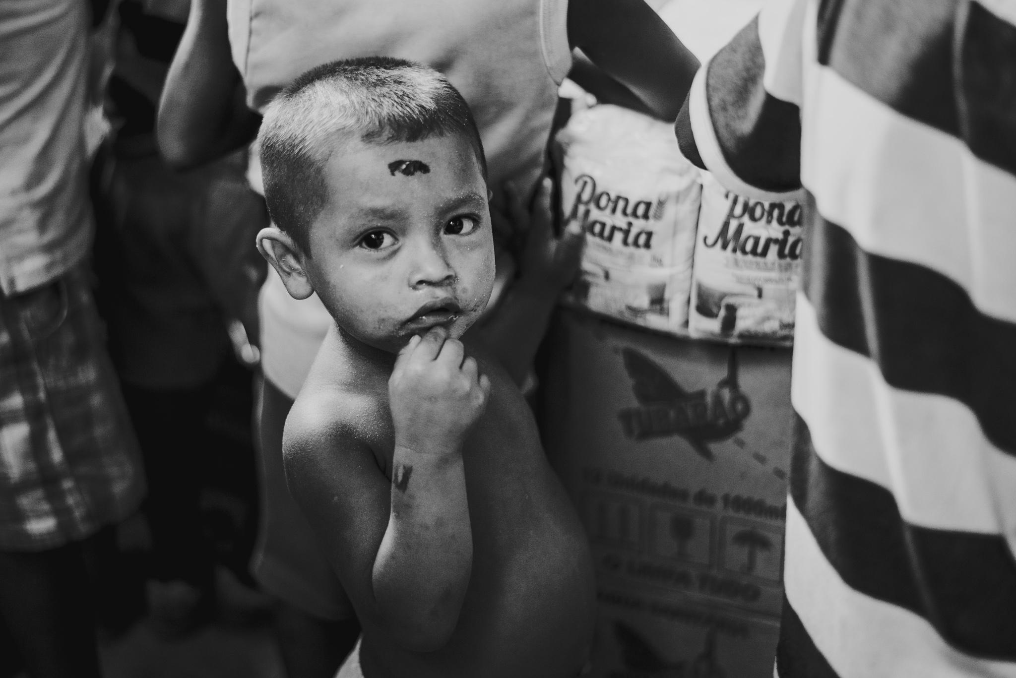 Criança vive em abrigo com familiares e outros refugiados venezuelanos em Belém (Foto: Anne Seixas)