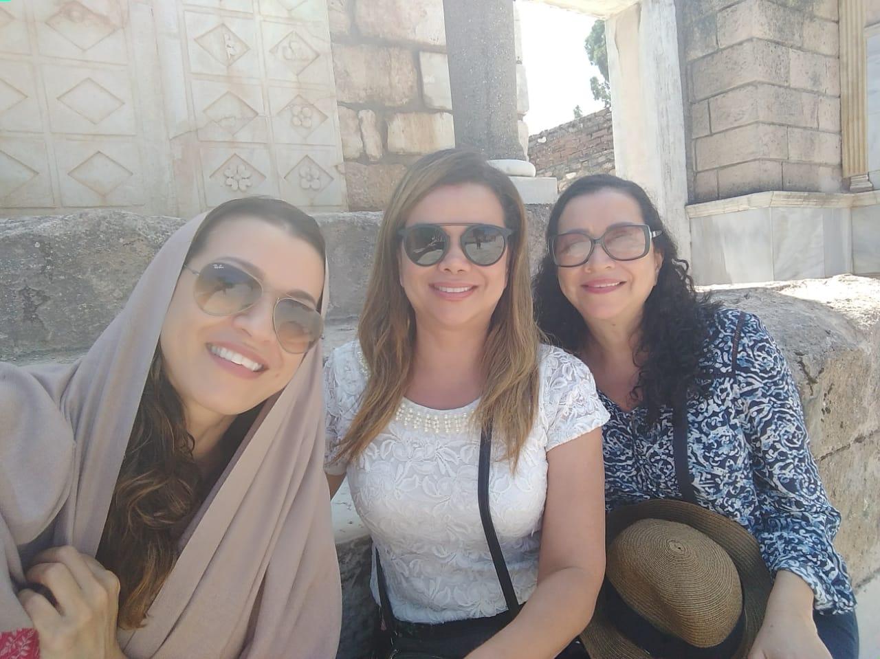 """Beatriz (ao centro) com suas irmãs durante uma viagem em família. """"Deus fez um milagre na minha vida"""".(Foto: Arquivo pessoal)"""