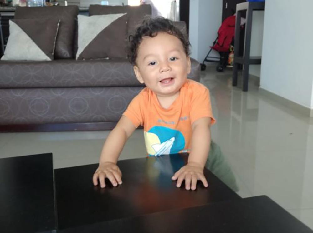 Thiago brinca na sala de casa (Foto: Arquivo pessoal)