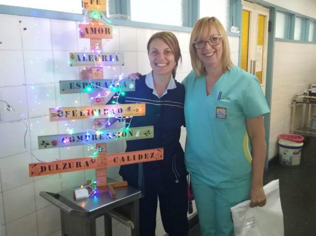 Doutora Carolina (esquerda) com a sua chefe, que lhe pediu para que orasse com um paciente que havia solicitado esse favor (Foto: Arquivo pessoal)