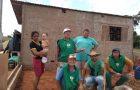 Voluntários constroem casa para família