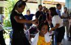 Jovens fazem feira de beleza para pessoas em situação de rua
