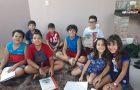 Menino de nove anos realiza Semana Santa em casa com amigos
