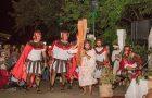 Paixão de Cristo organizada por voluntários atrai multidão em Petrópolis