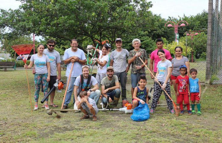Grupo de voluntários cuida de praças de Joinville
