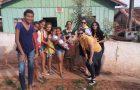 Jovens e desbravadores surpreendem mães da comunidade