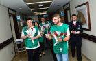Voluntários da ADRA distribuem rosas em hospital