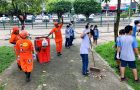 Estudantes limpam praça e valorizam garis em data comemorativa