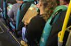Estudantes deixam livros missionários em bancos de ônibus