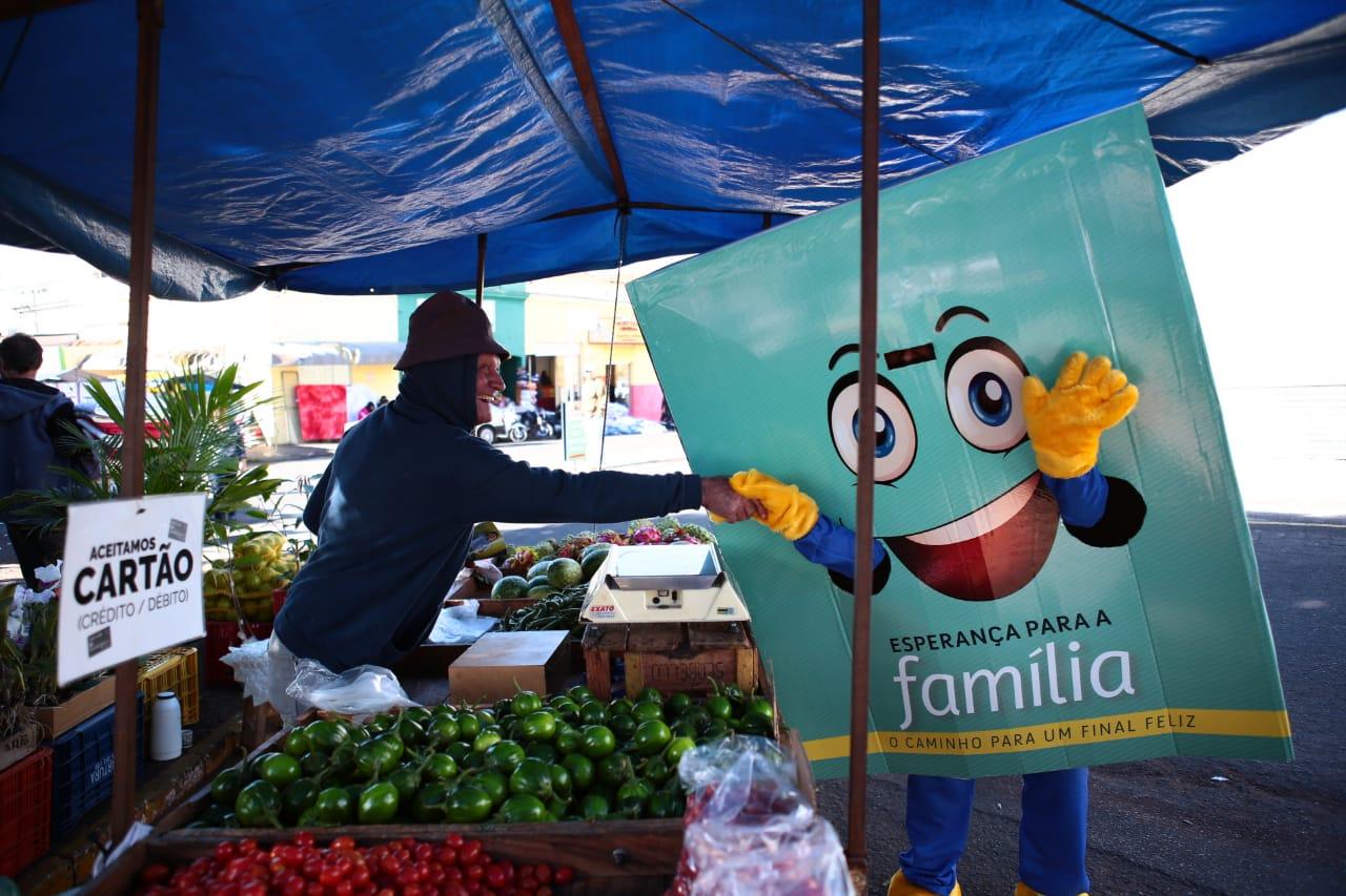 Em Ibitinga, a distribuição dos livros foi realizada durante a Feira do Bordado com a participação de um mascote. Foto: Aline Castro