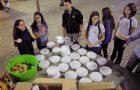 Alunos servem sopa para moradores em situação de rua