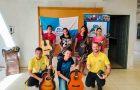 Curso solidário de violão vira classe bíblica no ES